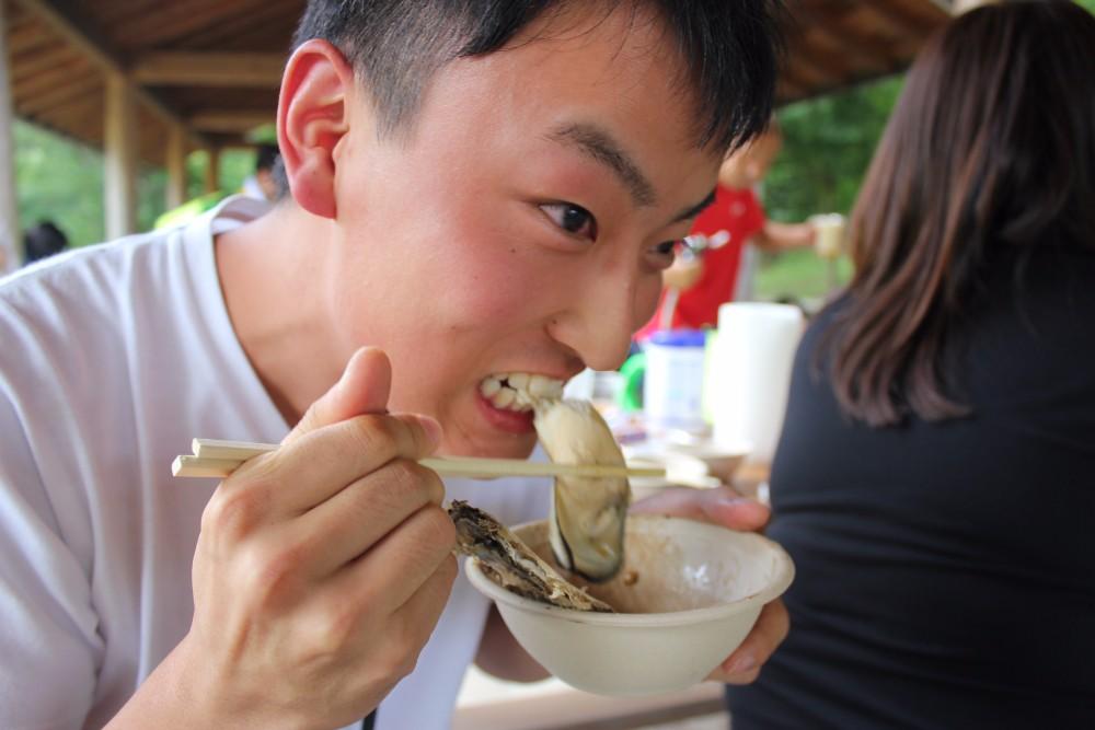 スタッフ 牡蠣ほおばる